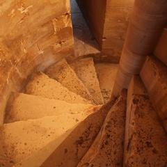 Scale all'interno di una torre di Castel del Monte