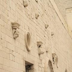 Mensole nel cortile centrale del Castello Svevo di Trani