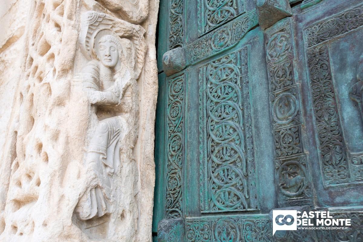 Particolare del portale della Cattedrale romanica di Trani