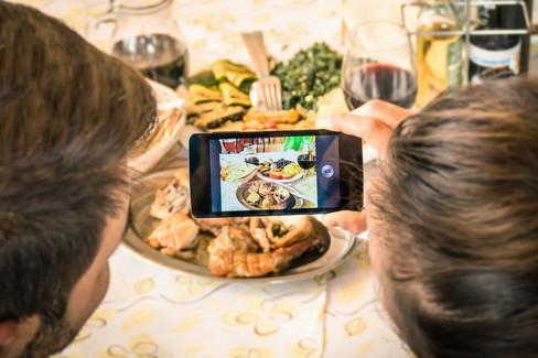 Selfie e scatti foto al cibo
